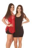 Стойка 2 женщин в платьях близко друг к другу стоковая фотография rf