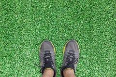 Стойка идущего ботинка человека на искусственной траве Стоковые Изображения RF