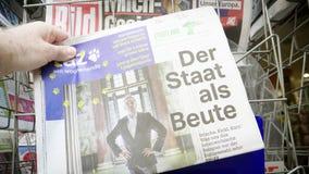Стойка киоска газеты с прессой Taz чтения человека немецкой сток-видео