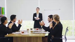 Стойка коммерсантки и представлять к коллегам в конференц-зале стоковое фото rf