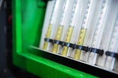 Стойка конца-вверх диагностическая с склянками топлива для проверять расход потока количества топлива поставленного к двигателю Стоковое Фото
