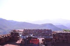 Стойка магазина камней в дороге к высоким горам атласа, Марокко края стоковое изображение rf