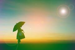 Стойка маленькой девочки зонтика Стоковое фото RF