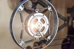 Стойка микрофона крупного плана ретро, винтажный стиль в ядровой записи Стоковые Изображения RF