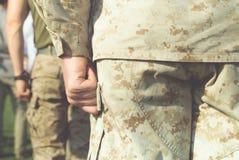 Стойка морских пехотинцов США на внимании Стоковые Изображения RF