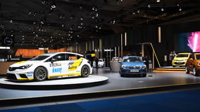 Стойка мотор-шоу Opel с гоночной машиной Opel Astra видеоматериал