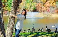 Стойка молодой женщины около озера Стоковое фото RF