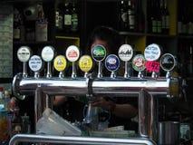 Стойка напитка около пристани парома залива открытия Разнообразное собрание различного стоковое фото