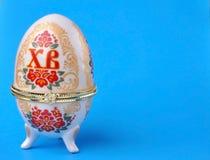 Стойка пасхального яйца на голубой предпосылке Стоковые Фотографии RF