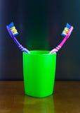 Стойка 2 пестротканая зубных щеток в стекле Стоковое Изображение
