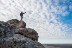 Стойка путешественника на верхней части горы Стоковое Фото