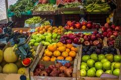 Стойка плодоовощ на рынке Стоковое Изображение RF