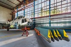 Стойка ремонта вертолета в ангаре Стоковые Фото