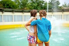 Стойка друзей около фонтана Стоковое Изображение