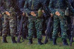 Стойка солдат в строке направлять руку пушки beretta изолировал готовый тип всхода к белизне оружия Армия, воинские линии o ботин стоковые фото