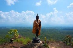Стойка статуи Будды на горе под голубым небом стоковое изображение rf