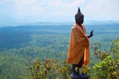Стойка статуи Будды на горе под голубым небом стоковые изображения rf