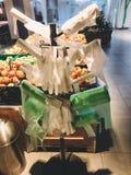 Стойка с много одиночных полиэтиленовых пакетов пользы в супермаркете на овощах Пластмасса пользы запрета одиночная Rolls сумок п стоковое изображение rf