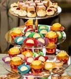 Стойка торта с разнообразием обслуживаний Стоковые Фото
