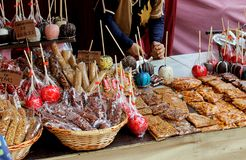 Стойка улицы где много caramelized яблоки, гайки и конфеты Стоковая Фотография RF
