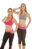 Стойка фитнеса 2 бюстгальтеров спорт женщин стоковое изображение