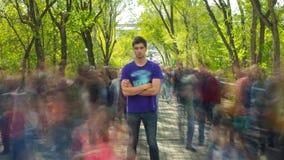 Стойка человека в похожей на призрак подаче толпы, на деревья зеленого цвета предпосылки Промежуток времени Камера причаливает сток-видео