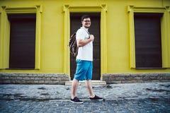 Стойка человека на улице cit стоковая фотография