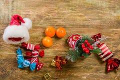Стойка чулка рождества на поцарапанной деревянной поверхности От его Стоковое Изображение RF