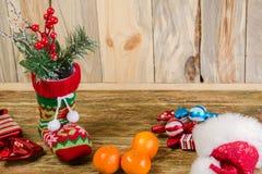 Стойка чулка рождества на поцарапанной деревянной поверхности От его Стоковые Фотографии RF