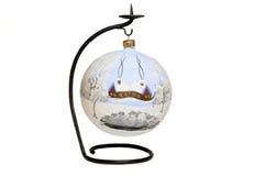 стойка шарика большим голубым украшенная рождеством Стоковое фото RF
