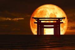 стойка штендера torii силуэта деревянная японская над заходом солнца sk моря иллюстрация вектора