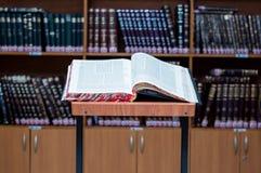 Стойка для исследования Talmud - stender для gemara в Hebrew стоковое фото rf