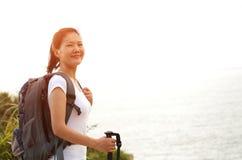 Стойка hiker женщины на горе взморья Стоковые Фотографии RF