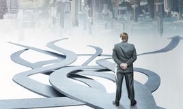 Стойки бизнесмена выбирая его путь Стоковые Изображения RF