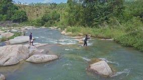Стойки Гая в воде бросают сеть в реку среди речных порогов видеоматериал