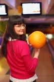 стойки девушки клуба боулинга шарика Стоковое Фото
