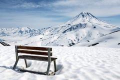 Стойки деревянной скамьи в снеге для замечания вулкана Стоковая Фотография RF