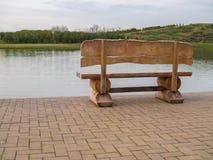 Стойки деревянной скамьи на береге озера Стоковые Фото