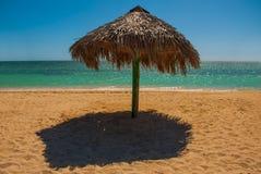 Стойки зонтика на пляже Куба Тринидад Анкона приставает к берегу карибское море Стоковое Изображение RF