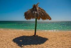 Стойки зонтика на пляже Куба Тринидад Анкона приставает к берегу карибское море Стоковая Фотография RF