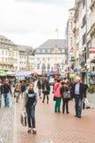 Стойки и люди в рыночной площади Стоковое фото RF