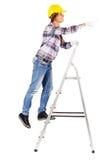 Стойки молодого работника на лестницах смотрят прямо вперед Стоковое фото RF
