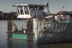 Стойки шлюпки толкателя причалили около грузового корабля Стоковые Изображения