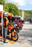 стойки motorcycling выставки случая Стоковые Фото