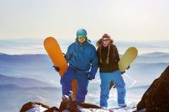 2 стойки snowboarders на верхней части горы Стоковые Фотографии RF