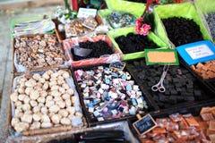 Стойл кондитерскаи на уличном рынке стоковое фото rf