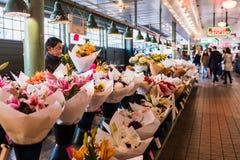 Стойл цветка на рынке Pike в Сиэтл, Вашингтоне, США стоковое фото rf