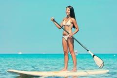 Стойте вверх женщина доски затвора paddleboarding Стоковое Фото