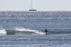 Стойте вверх катание волны серфера затвора Стоковое Изображение RF