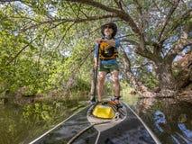 Стойте вверх полощущ на озере в Колорадо стоковые изображения rf